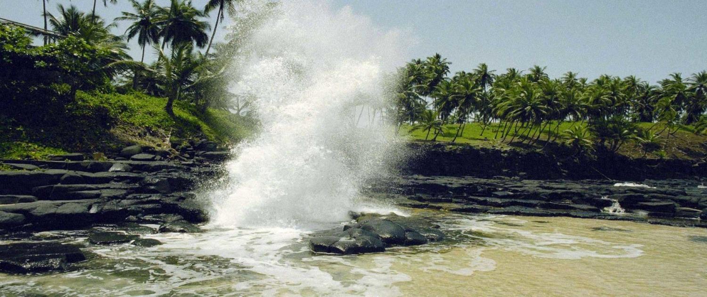 """""""Boca do inferno"""", une formation géologique formée par les laves de volcan. La force de la mer entrant dans ces failles, fait que l'eau ressorte type geyser"""