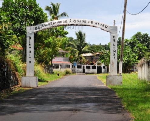 Ville de Neves, l'une des plus anciennes de l'île de Sao Tomé, traversée par la rivière Lembá, principal pôle industriel de l'archipel
